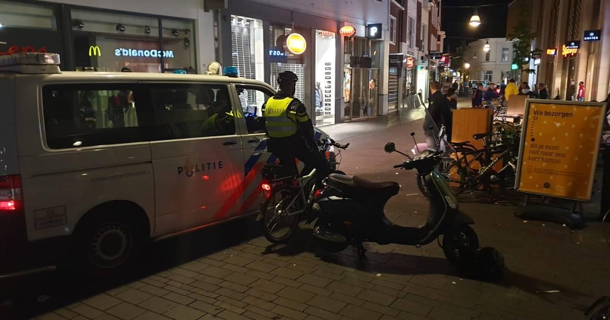 Veel politie op de been in centrum Enschede na aanrijding politieagente.