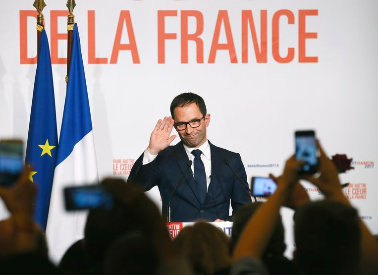 ► Benoît Hamon groet zijn aanhang. Hij is de Franse presidentskandidaat voor de PS. Beeld AP
