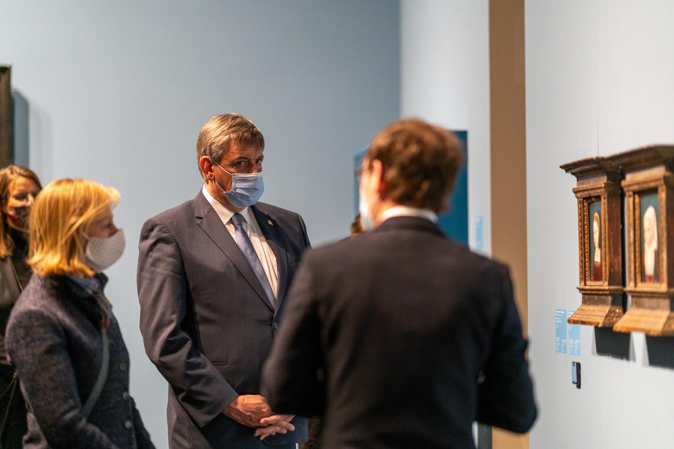 Curator van Museum Hof van Busleyden Samuel Mareel leidde Oostenrijks ambassadeur Elisabeth Kornfeind en Vlaamse minister-president Jan Jambon door de expo 'Kinderen van de Renaissance'.