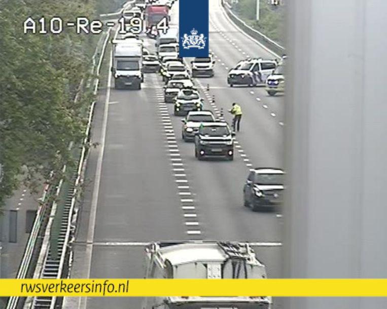 Bij de kettingbotsing op de A10 waren zeven auto's betrokken. Beeld Rijkswaterstaat