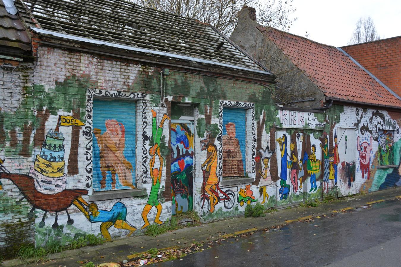 Kleurrijk werk op enkele leegstaande huizen.
