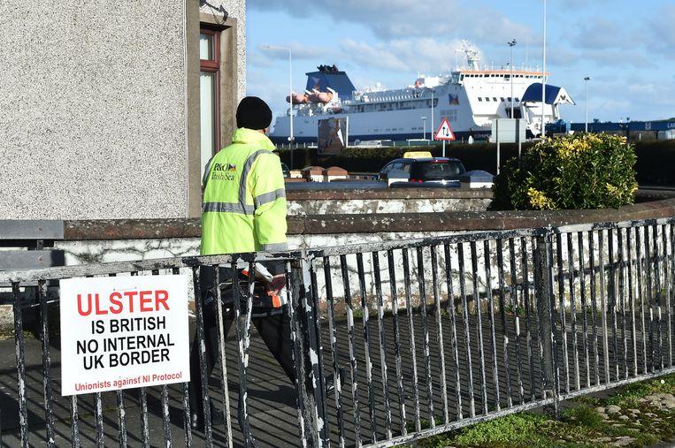 Een bord van de unionisten tegen de grens aan de ingang van de haven in Larne. Beeld Getty Images