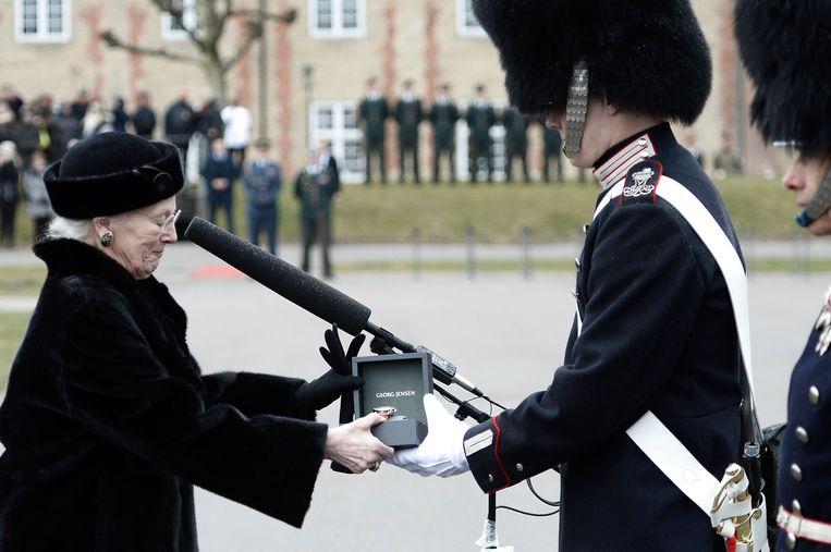 De Deense koningin Margrethe overhandigt traditiegetrouw een horloge aan een soldaat die de afgelopen periode een goede indruk heeft gemaakt.
