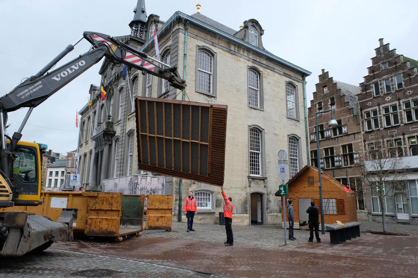Lier komt stilaan in de kerstsfeer. Hier een beeld van de opbouw van het kersthuisje op de Grote Markt.