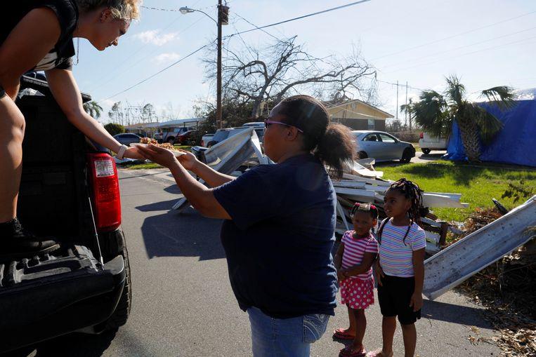 Mensen krijgen lunch geserveerd in Springfield in Florida. In Florida zaten dinsdag (lokale tijd) nog bijna 137.000 huishoudens en bedrijven zonder elektriciteit. Op verschillende plaatsen wordt voedsel en water uitgedeeld.