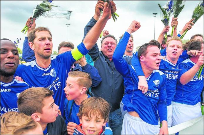 Trainer Ton Kosterman viert het kampioenschap met de spelers van Woezik, afgelopen voorjaar.