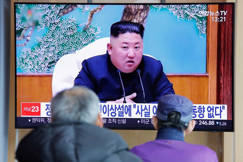 Zuid-Koreanen kijken naar een nieuwsuitzending over de leider van hun buurland, Kim Jong-un. Beeld REUTERS