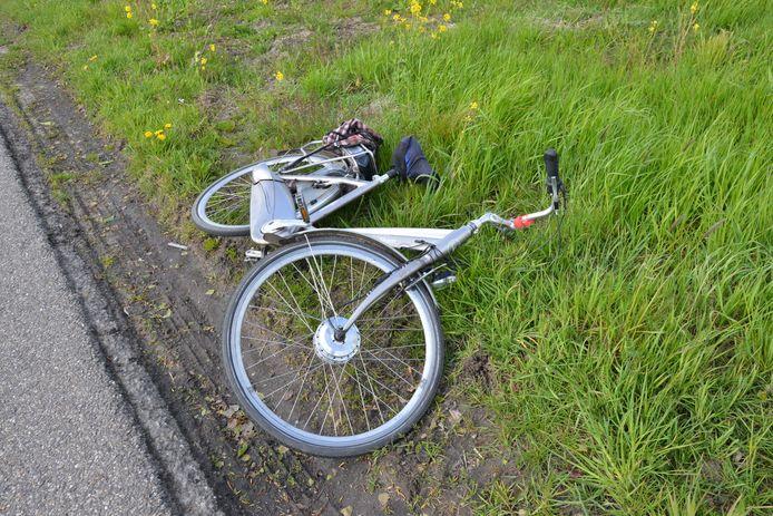 De fiets belandde in de berm.