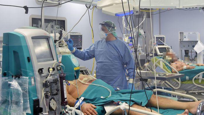 Een coronapatiënt met een vorm van zwaarlijvigheid wordt behandeld in een ziekenhuis in de Noord-Italiaanse stad Turijn. (archieffoto 27 maart)