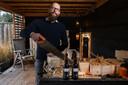 Menno de Braak noemt zich de pastoor van zijn brouwerij Zwarte Parochie. Hij verpakt Heer van Almelo bier in miniatuur biechthokjes.