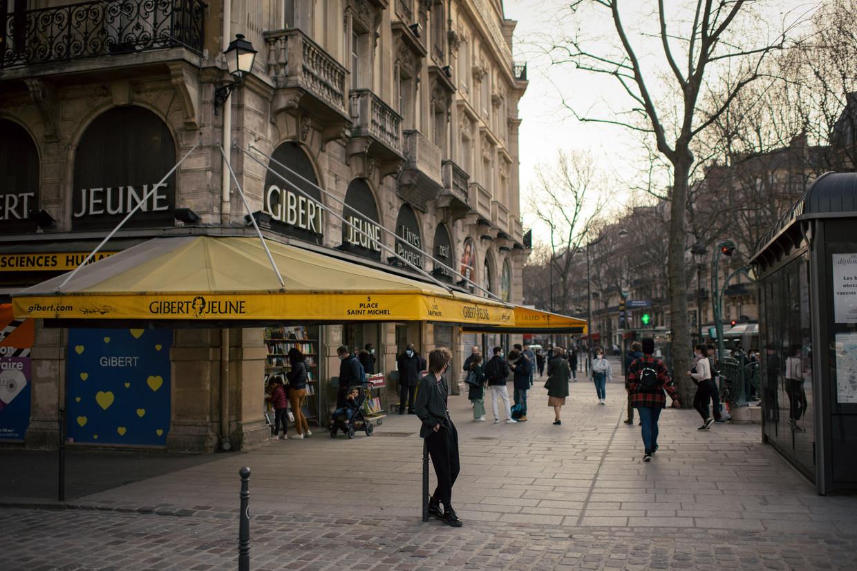 Snuisteren in tweedehandsboeken van Gibert Jeune. Het is een beeld dat zeldzaam wordt in de Quartier Latin. Beeld NYT