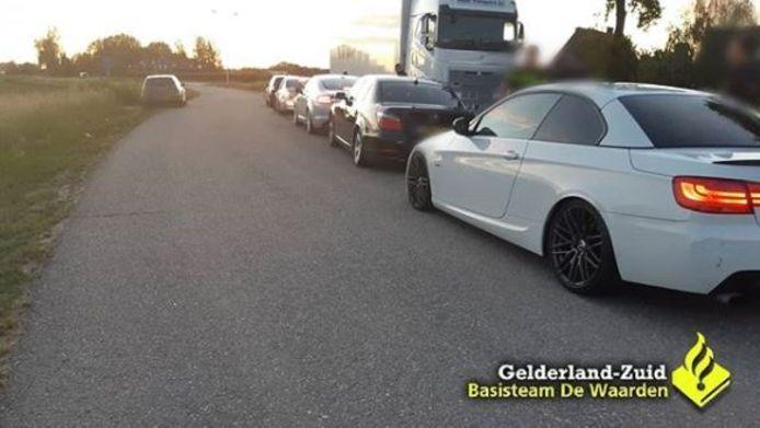 Vijf verdachte buitenlandse auto's zijn donderdagavond bij Echteld gecontroleerd omdat ze de afrit van de A15 blokkeerden.