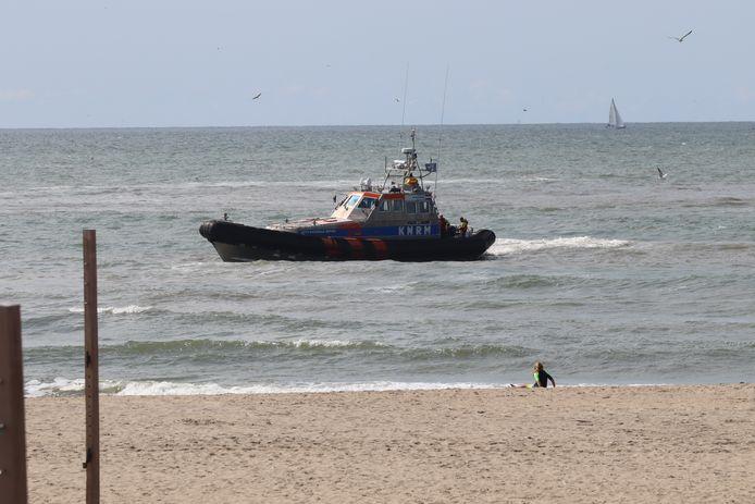 De vijf jonge zwemmers stonden al snel weer veilig op het strand.
