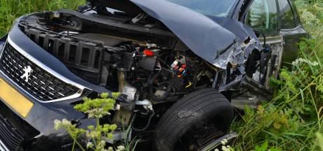 Automobilist botst met voertuig tegen graafmachine in Prinsenbeek, één gewonde
