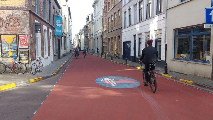Een fietser inhalen met een gemotoriseerd voertuig in een fietsstraat mag niet