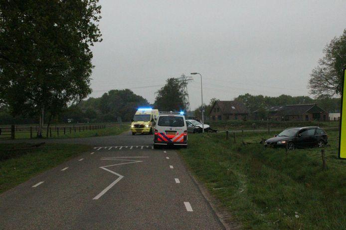Hulpdiensten kwamen ter plaatse na de aanrijding in Holten vanochtend.