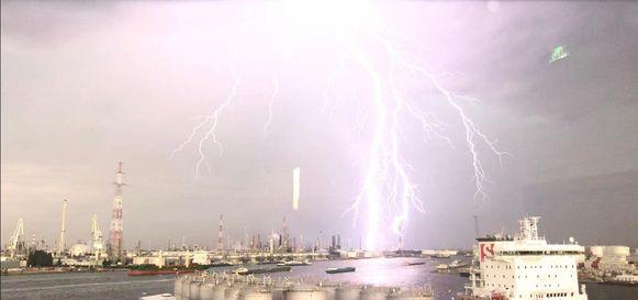 Onweer boven Antwerpse haven