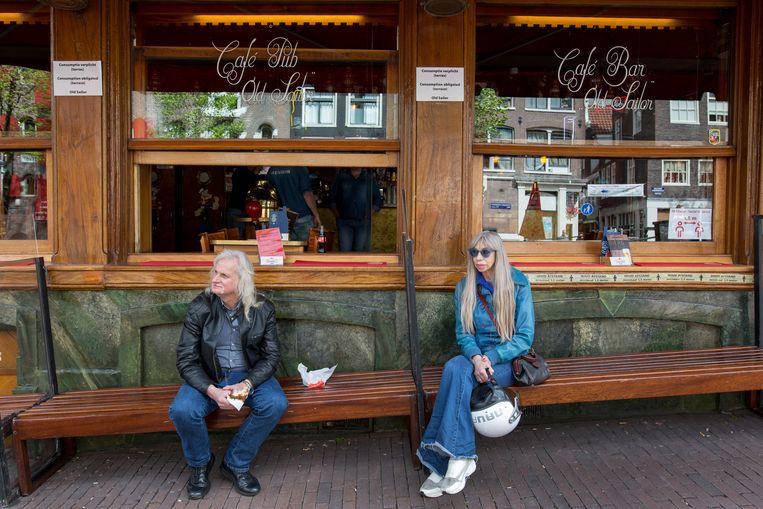 Metje naast een vaste klant van café Old Sailor. Beeld Maartje Geels