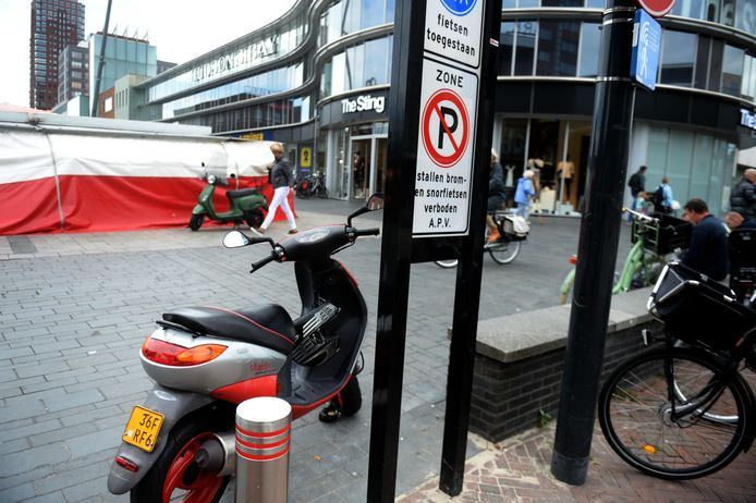 Het bord op het Van Heekplein in Enschede dat waarschuwt voor het scooterverbod.