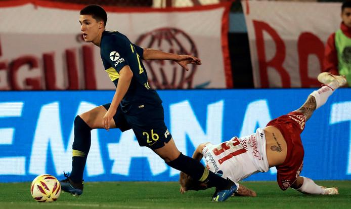 Leonardo Balerdi (l) namens Boca Juniors in actie tegen Huracan.