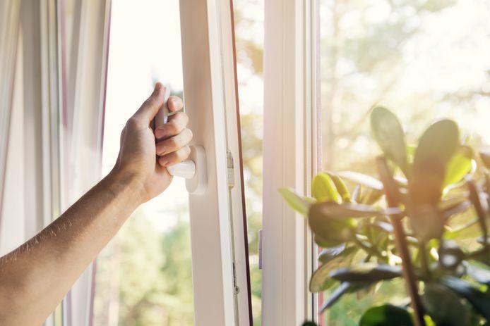 Zet ramen het liefst tegenover elkaar open.