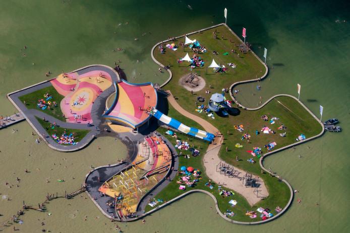 Zwemeiland in de Maarsseveenseplassen; dat het een puzzelstukje is, zie je alleen uit de lucht.