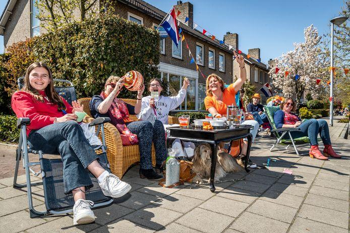 In de Jacob Catsstraat wordt volop bingo gespeeld tijdens Koningsdag.