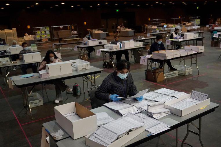 Een medewerker van het San Francisco Department controleert afgelopen weekend of de stemmen niet beschadigd zijn.  Beeld AP