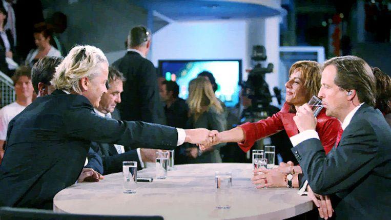 Agnes Kant (R) en Geert Wilders (L) schudden elkaar de hand bij het afsluitende debat na de Europese Verkiezingen (Archieffoto 9-6-09) (\N) Beeld