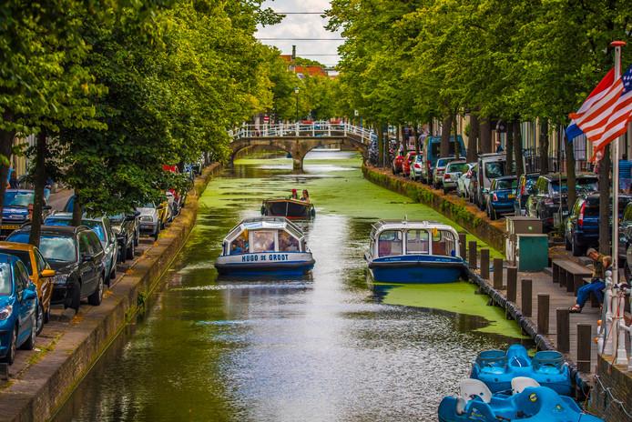 Rondvaartboten in de Delftse gracht.