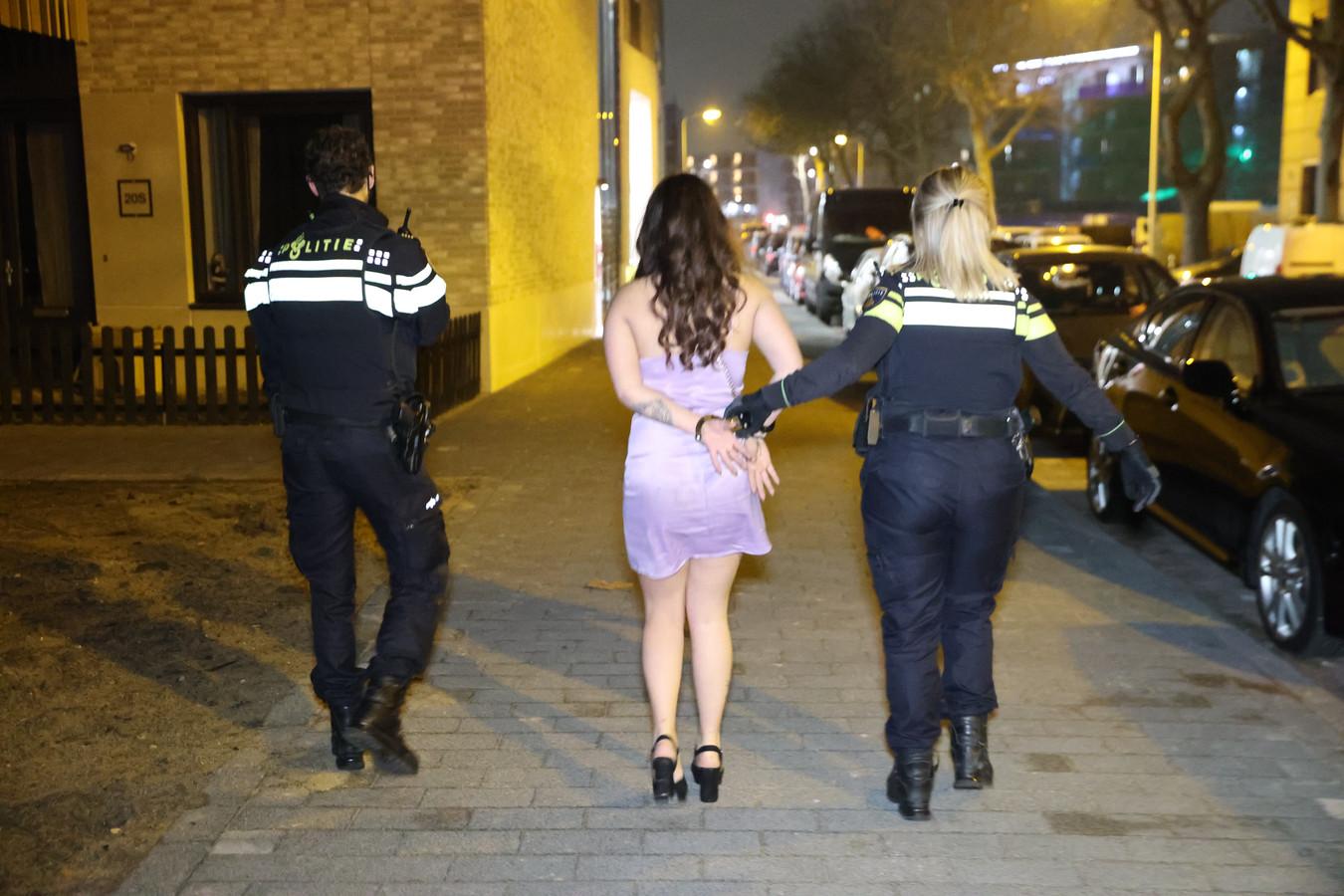 Een vrouw wordt gearresteerd na het feest in de Lulofdwarsstraat