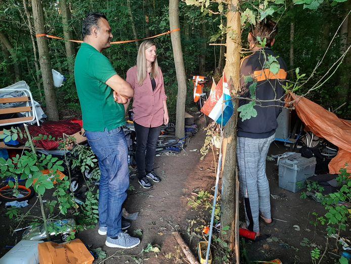 Wethouder Richard Moti (links) en Ineke Bergsma in gesprek met Oleg, die in het Zuiderpark woont.