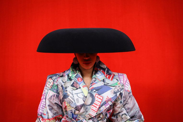 De Amerikaanse rapper Cardi B poseert tijdens de Modeweek in Parijs bij de modeshow van Balenciaga, in een jas van Balenciaga. Het Spaanse kleding- en schoenenmerk is razend populair bij hiphoppers.   Beeld Getty Images