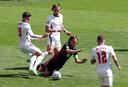 Luka Modric (in het zwart) wordt belaagd door spelers van Engeland.