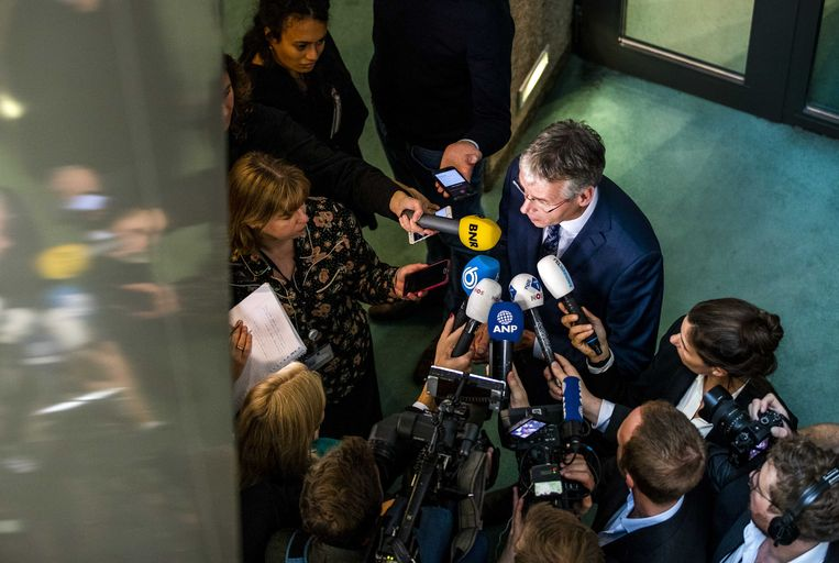Arie Slob, minister voor Basis- en Voorgezet Onderwijs en Media, staat de pers te woord naar aanleiding  van het stopzetten van de financiering van het Haga Lyceum.  Beeld ANP