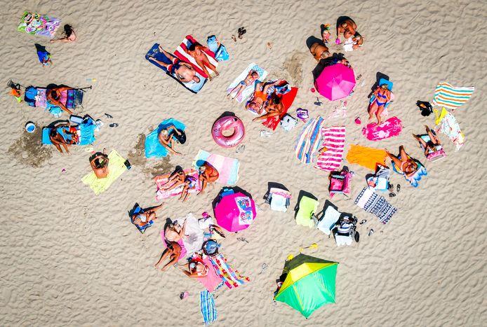 Luchtfoto van badgasten op het strand.