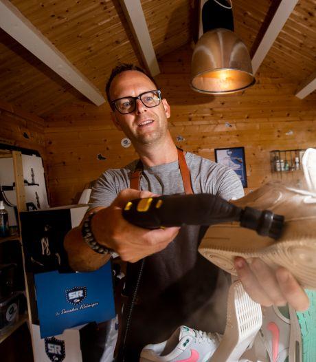 Smerige schoenen? Sneakerreiniger Frank (44) uit Wichmond haalt met 'geheim wapen' de gekste vlekken weg