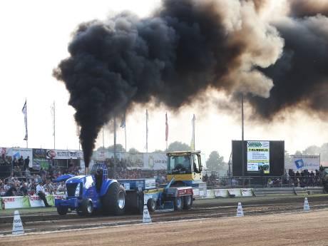 Brullende motoren en donkere rookpluimen bij Tractor Pulling in Loerbeek