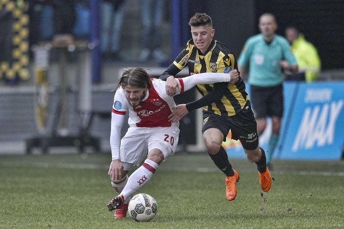 Ajacied Lasse Schone in duel met Mason Mount van Vitesse.