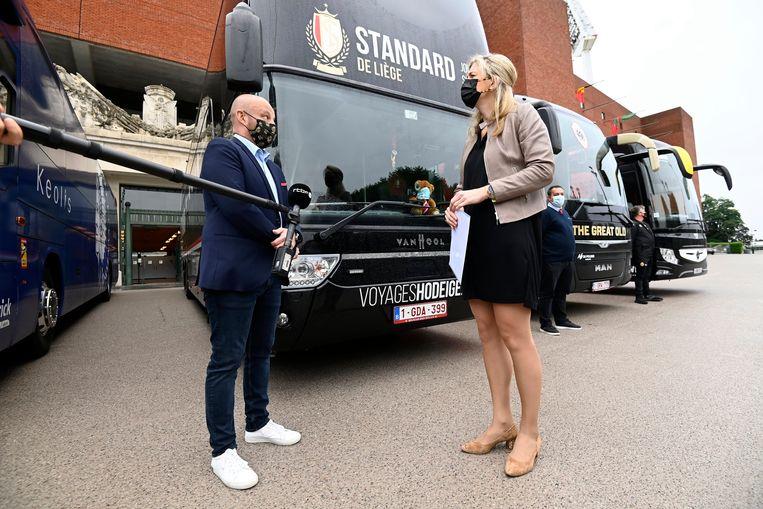 Minister Verlinden spreekt aan het Koning Boudewijnstadion met de buschauffeurs.  Beeld Photo News