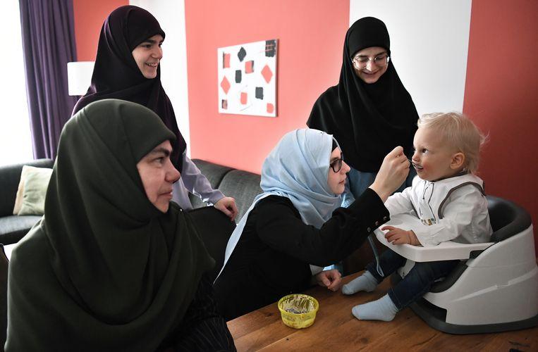 Merima Aljic ziet haar man drie, vier keer per jaar. Beeld Marcel van den Bergh