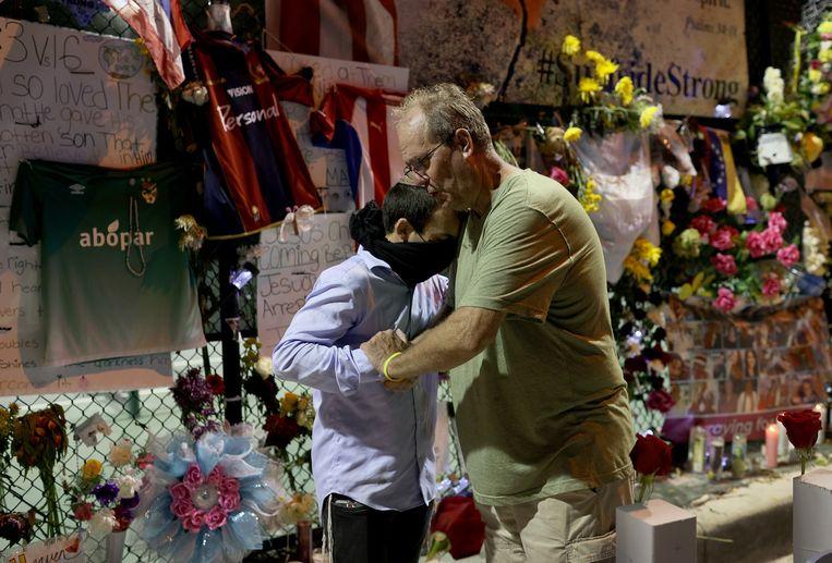 Nabestaanden van de slachtoffers eren de overledenen bij een geïmproviseerde gedenkplaats (15/07/2021) Beeld AFP