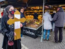 Victoriaanse weduwe trekt bekijks met rouwact op markt Vorden: ,,Er hangt een grafstemming in het land''