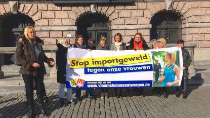 """""""Antwerpen is onveilige stad voor vrouwen"""" en dus deelt Vlaams Belang alarmtoestelletjes uit"""