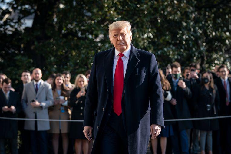 Trump trotseert de pers bij het verlaten van het Witte Huis op 12 januari.  Beeld Getty Images