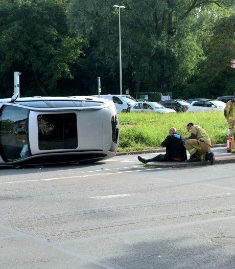 Bestuurder raakt macht over het stuur kwijt en belandt met auto op zijn kant op Guntersteinweg
