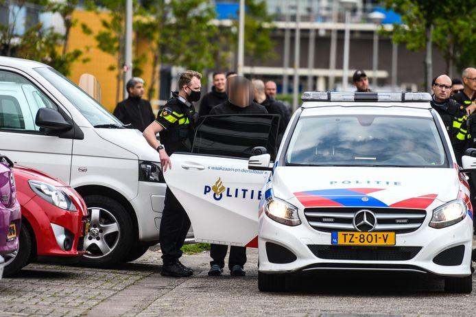 De politie houdt een verdachte aan nadat er zou zijn geschoten bij een ruzie op straat, nabij de Briljantflat in Alphen.