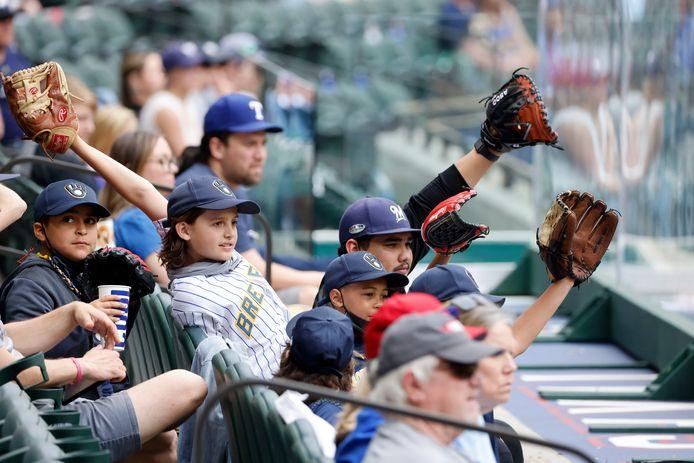 Fans van de Milwaukee Brewers op de tribune bij Texas Rangers tijdens de laatste wedstrijd van de voorbereiding