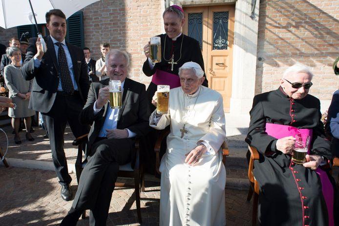 Emeritus paus Benedictus XVI vierde op 17 april 2017 zijn 90ste verjaardag in het bijzijn van zijn drie jaar oudere broer Georg (rechts, eveneens priester). Een delegatie uit Beieren met de toenmalige minister-president Horst Seehofer kwam naar het Vaticaan afgezakt.