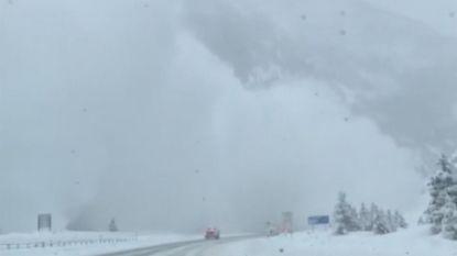 Bestuurder filmt hoe lawine snelweg en auto's opslokt. En ze komt dichter